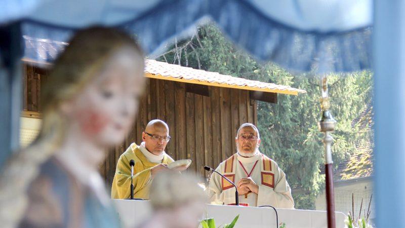 Sous le regard de Notre-Dame des Annonciades, l'abbé Jean Jacques Theurillat, vicaire épiscopal, a présidé la célébration de l'Assomption, accompagné par l'abbé Jacques Oeuvray (photo SCJP)