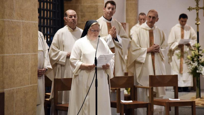 """La prieure, Soeur Monique, accueille les fidèles. Elle évoque le """"don inestimable"""" de la vocation dominicaine (Photo: Pierre Pistoletti)"""