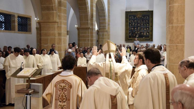 Mgr Alain de Raemy bénit la communauté et les fidèles (Photo: Pierre Pistoletti)