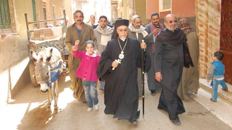 Mgr Kyrillos William en visite dans une paroisse de Haute-Egypte (Photo:  Jacques Berset)