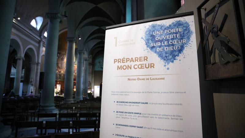"""Lausanne le 18 août 2016. """"Préparer son coeur"""" lors de cette première étape du """"Chemin de la miséricorde"""", à la basilique Notre-Dame de l'Assomption. (Photo: B. Hallet)"""