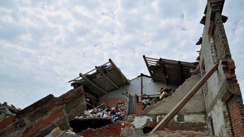 Maison détruite lors d'un tremblement de terre en Italie (photo wikimedia commons Mario Fornasari CC BY 2.0)