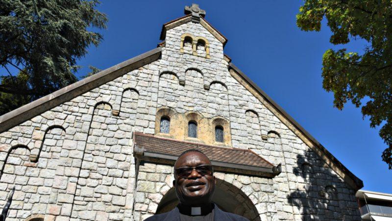 L'abbé Modeste Kisambu-Muteba devant l'église du Saint-Rédempteur, à Lausanne (Photo:Raphaël Zbinden)