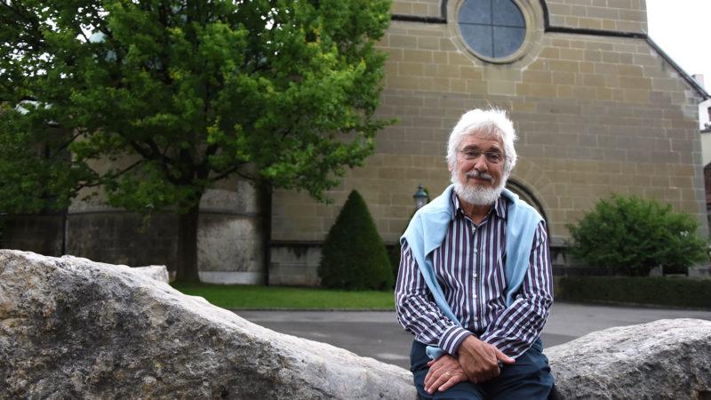 Georges Savoy, devant l'église du collège St-Michel, où il a enseigné la philosophie pendant près de 40 ans. (Photo: Grégory Roth)