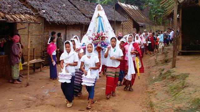 MYANMAR_-_chiesa_processione.jpg