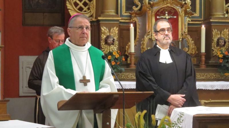 Célébration oecuménique dans l'église des Capucins, à St-Maurice, Mgr Scarcella, Abbé  de St Maurice et Carlos Capo pasteur des Deux Rives. (photo Priscilia Chacon)