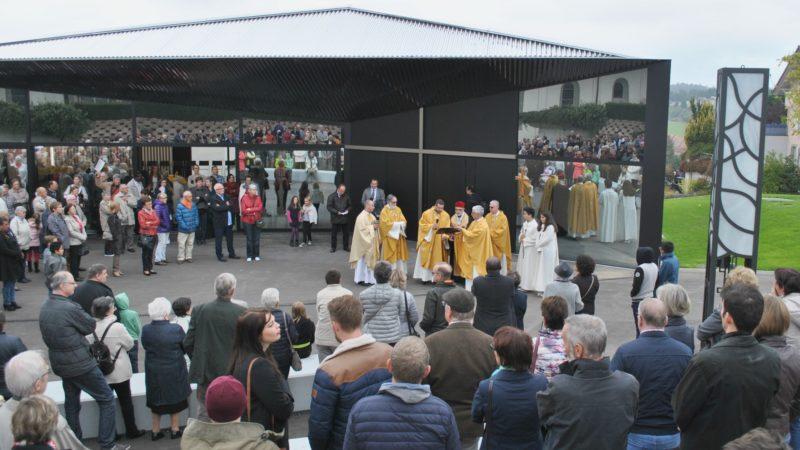 Les participants se sont réunis devant la Maison de paroisse (Photo:Raphaël Zbinden)