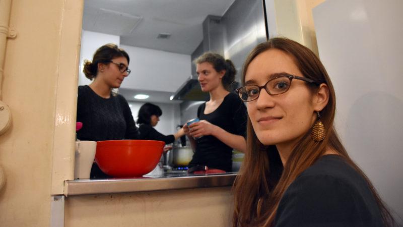 Tous les mercredis soirs depuis trois ans, Amélie offre son temps pour les Night Shelter de sa paroisse (Photo: Pierre Pistoletti)