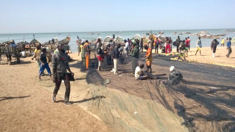 Journée mondiale des pêches Pêcheurs sur la plage de Mbour, au Sénégal  (Photo:  www.aprapam.org)