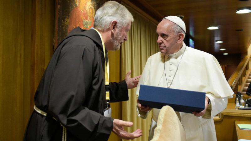 """Mauro Jöhri a remis la lettre de """"L'Eglise avec les femmes"""" au pape François (Photo:© L'Osservatore Romano)"""
