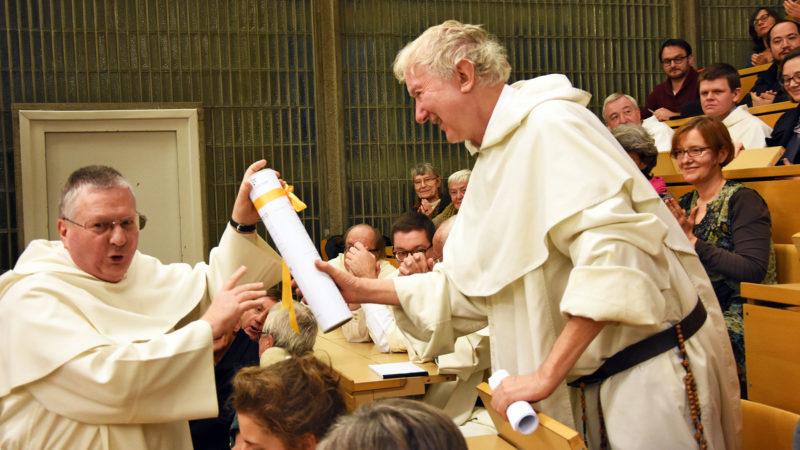 Timothy Radcliffe reçoit la distinction du doctorat des mains du doyen de la Faculté de théologie, Frère Luc Devillers. (Photo: Grégory Roth)
