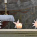 Trois lumignons allumés en signe de repentance pour les abus sexuels (photo Maurice Page)