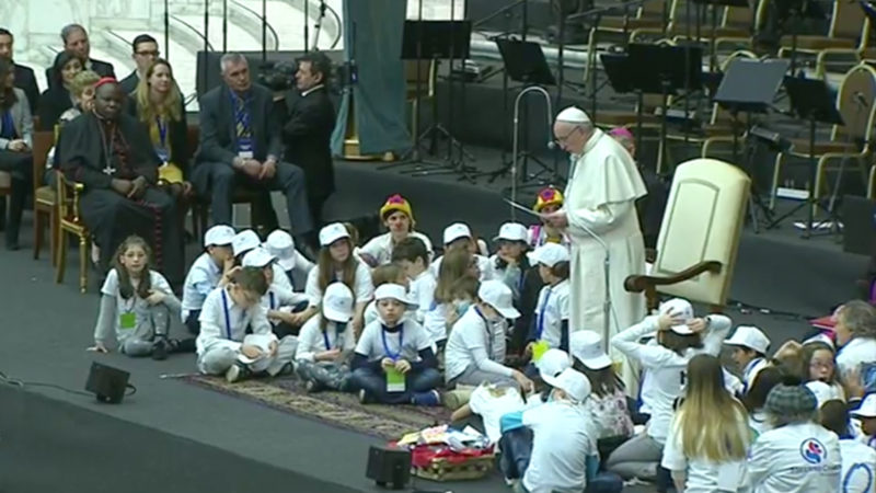 Le pape au milieu des enfants le 15 décembre 2016 (Photo: Youtube/CTV)