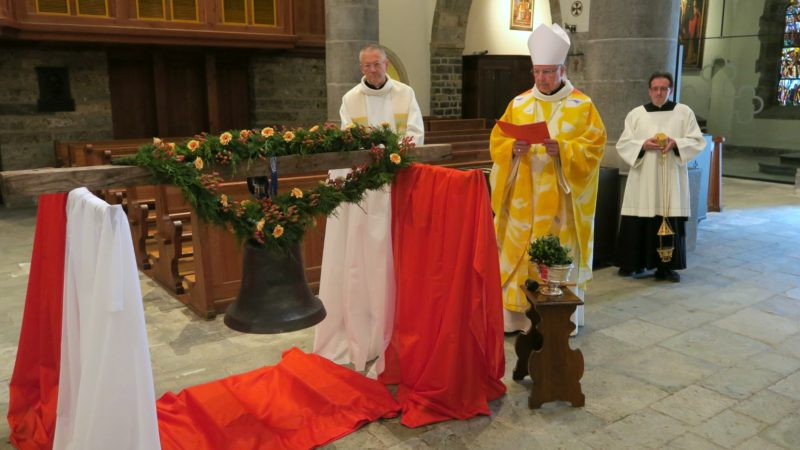 Mgr Jean Scarcella, le Père-Abbé de l'abbaye de Saint-Maurice, a béni la cloche en présence de Jean et Madeleine Veuthey et de leurs proches. (Photo: Olivier Roduit)