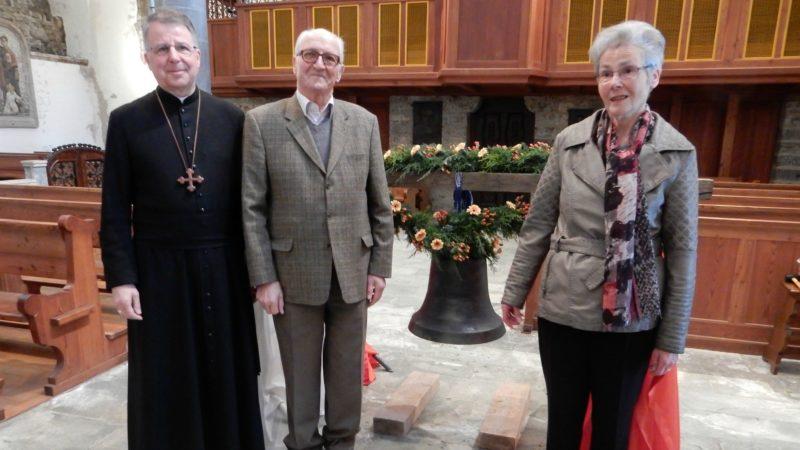 """Mgr Jean Scarcela, Père-Abbé de l'Abbaye de Saint-Maurice, Jean et Madeleine Veuthey posent devant """"Madeleine"""". (Photo: Thomas Roedder)"""