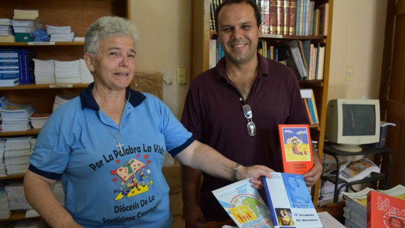 Dans la librairie du diocèse de Concepción, on fait aussi connaître le livre de Mgr Pablo Caceres sur l'EPP (Photo:  Jacques Berset)