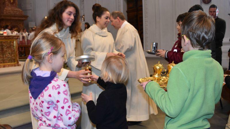 Lucerne Les enfants participent à la célébration des 70 ans d'AED à l'église des Jésuites (Photo  Jacques Berset)