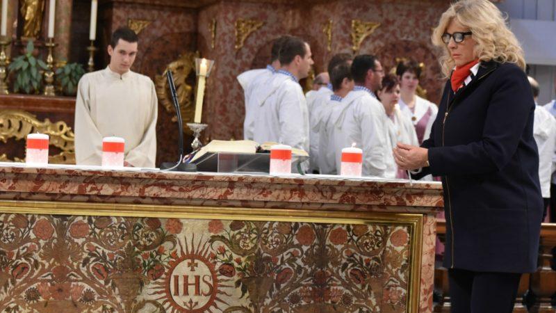 Lucerne Lucia Wicki, d'AED Suisse, allume une bougie en souvenir des chrétiens martyrisés pour leur foi (Photo;  Jacques Berset)