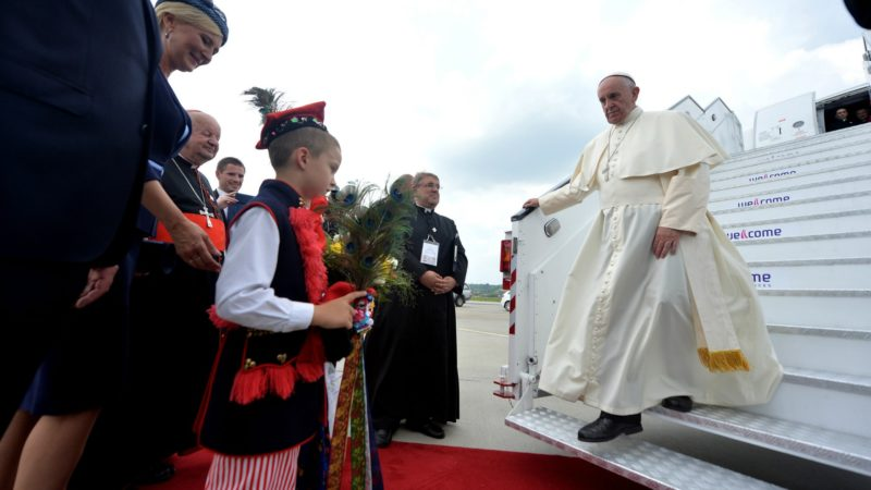 Le pape François à sa descente d'avion, lors de son voyage en Pologne, à l'occasion des JMJ. (Photo: Flickr/Mazur/catholicnews.org.uk /CC BY-NC-SA 2.0)