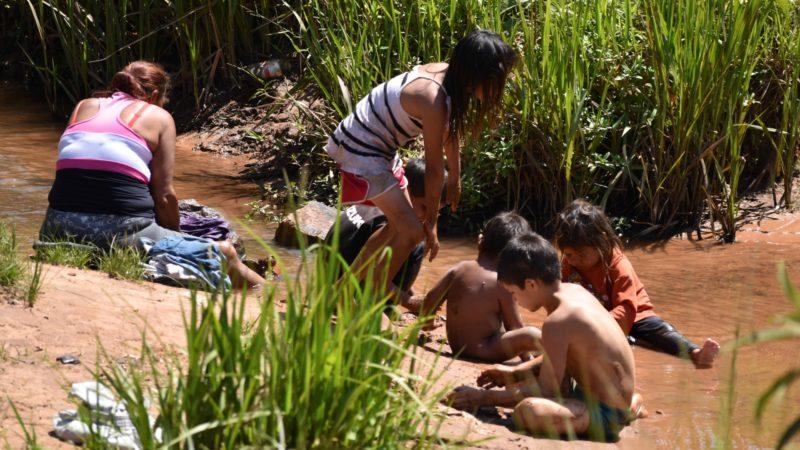 Paraguay Lessive dans le ruisseau dans un 'asentamiento' dépourvu  d'infrastructures de base (Photo:  Jacques Berset)