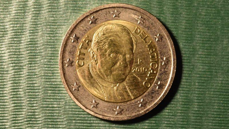 Pièce de 2 Euros du Vatican à l'effigie du pape Benoît XVI (Photo:  Jacques Berset).