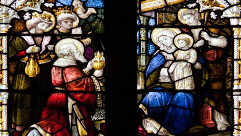 Trois princes couronnés. Trois hommes de tous âges : le vieux, le jeune, le moins jeune ou le moins vieux. Trois rois venus des quatre vents : le noir, le jaune et le blanc.