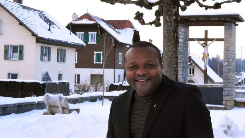 L'abbé Adalric Felix Fidèle Jatsa est prêtre dans la  Gruyère. (Photo: Grégory Roth)