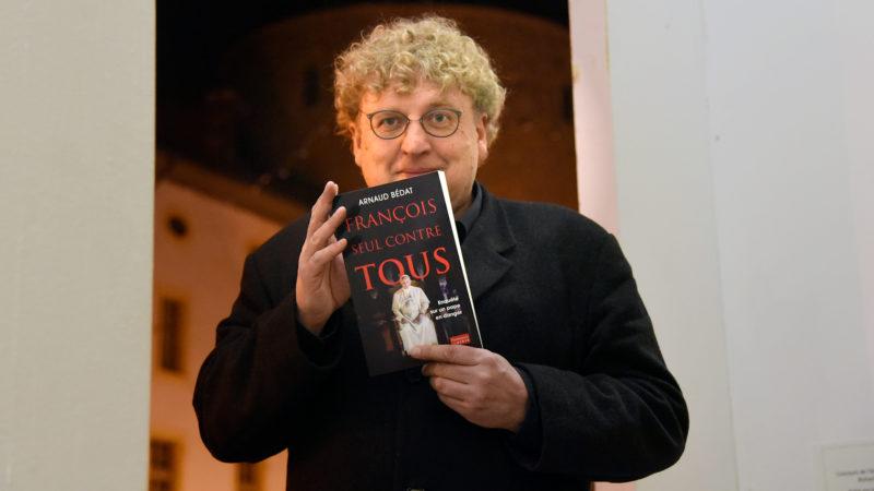 """Après """"François l'Argentin"""", Arnaud Bédat publie """"François seul contre tous"""". Une enquête sur les dangers qui menacent le Souverain pontife."""