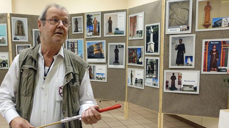 Gérald Friche commente la vie de Nicolas de Flüe, durant le passage de son exposition. (Photo: Pascal Tissier/SCJP)