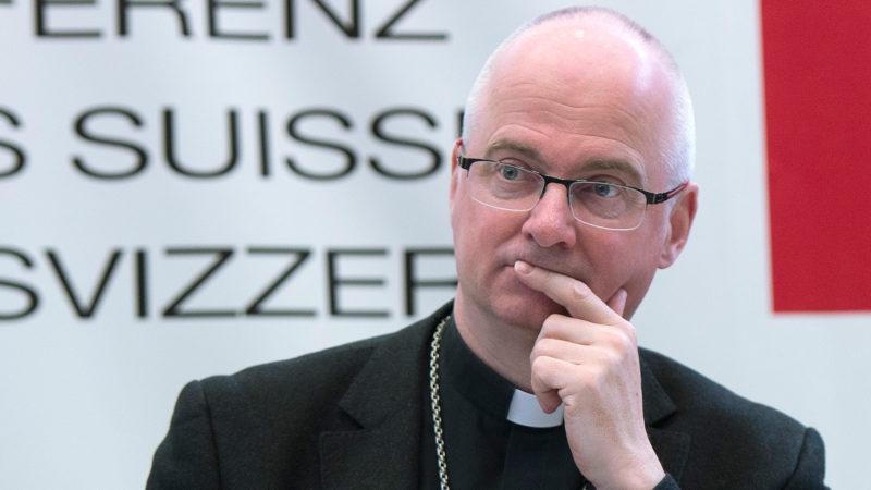 Mgr Charles Morerod soutient, avec Mgr Jean-Marie Lovey, soutient la Marche Blanche. (Photo: keystone)