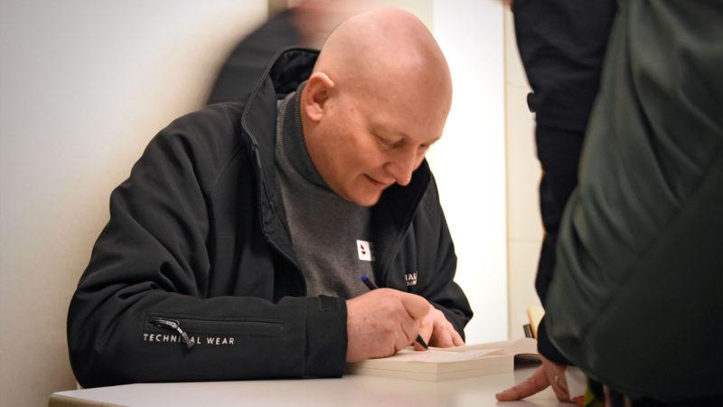 """Le livre """"Mon Père, je vous pardonne"""" dédicacé par son auteur Daniel Pittet. (Photo: Grégory Roth)"""