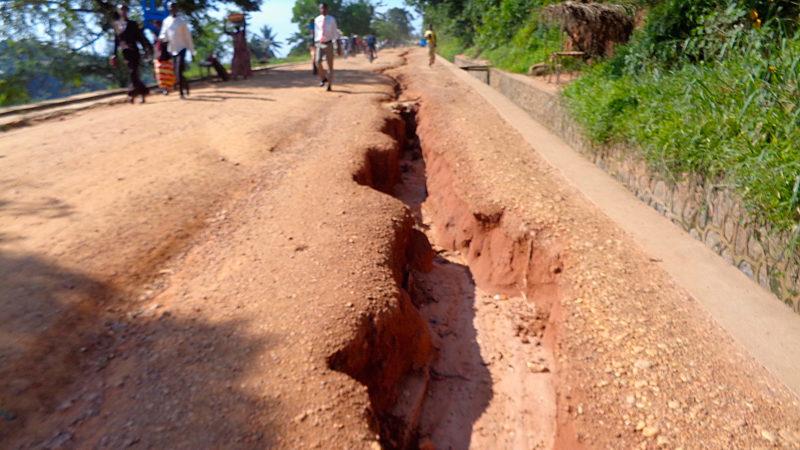 """""""La piste qui traverse notre paroisse est ravagée par de très nombreuses ravines"""" (Photo: Guy Luisier)"""