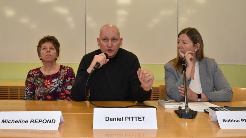 Lausanne Daniel Pittet témoigne lors de la table ronde  'Survivre à une enfance brisée', avec à sa droite Micheline Repond et à sa gauche Sabine Petermann (Photo:  Jacques Berset)