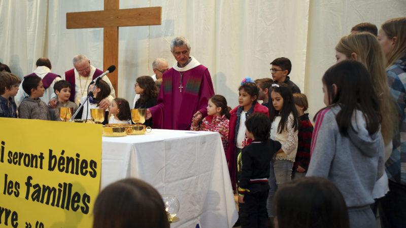 Sion le 12 mars 2017. Messe des familles au festival des familles. Les enfants ont rejoint Mgr Lovey pour le 'Notre Père'. (Photo: B. Hallet)
