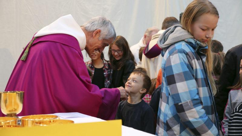 Sion le 12 mars 2017. Messe des familles. Mgr Lovey donne la paix aux enfants. (Photo: B. Hallet)