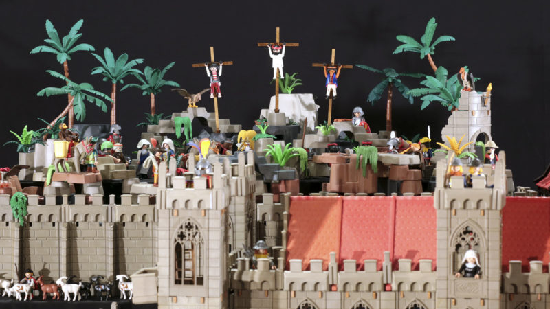 Jésus crucifié. Les croix, fabriquée en balsa, sont les seuls éléments de toute l'installation qui ne proviennent pas des playmobils. (Photo: B. Hallet)