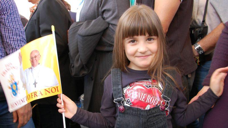 Rome Jeune fille enthousiaste sur la Place Saint-Pierre | ©  Jacques Berset