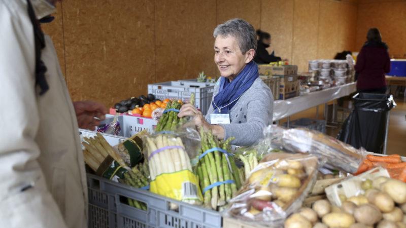Paroisse protestante de Monthey (VS). Les bénévoles des Tables du Rhône accueillent et servent les bénéficiaires de l'aide alimentaire.  (Photo: B. Hallet)