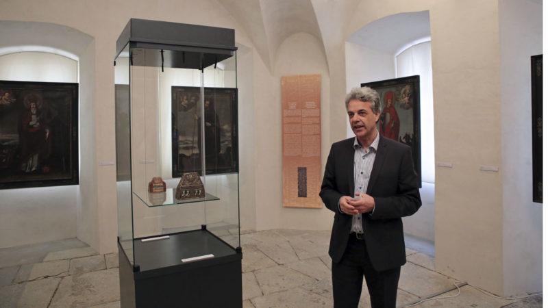Sion le 21 mars 2017. Patrick Elsig, le directeur du Musée d'histoire du Valais décrit les objets exposés. Dans la vitrine un reliquaire du 8e siècle. (Photo: B. Hallet)