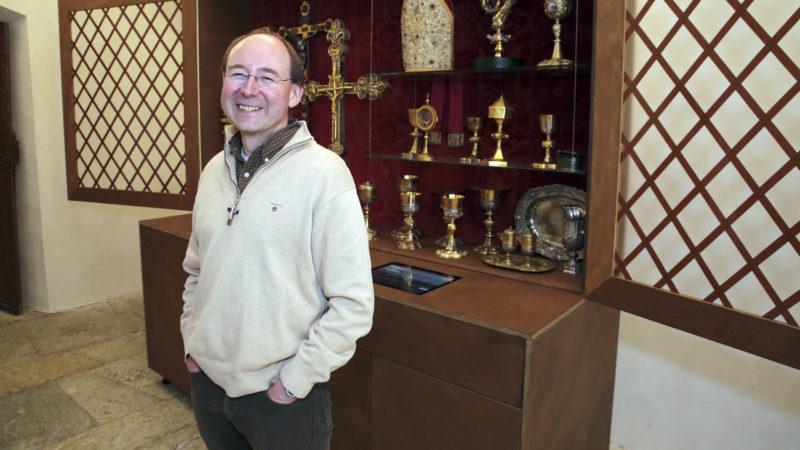 Sion le 21 mars 2017. Le vicaire général du diocèse de Sion Pierre-Yves Maillard pose devant devant les objets liturgiques du trésor de la cathédrale de Sion. (Photo: B. Hallet)