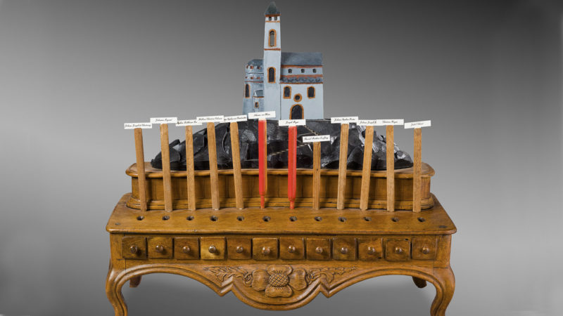 Urne de vote du Chapitre cathédral, XVIIIe siècle. Utilisée jusqu'au milieu du XXe siècle. Bois sculpté. (Photo: Musées cantonaux, Sion/M. Martinez)