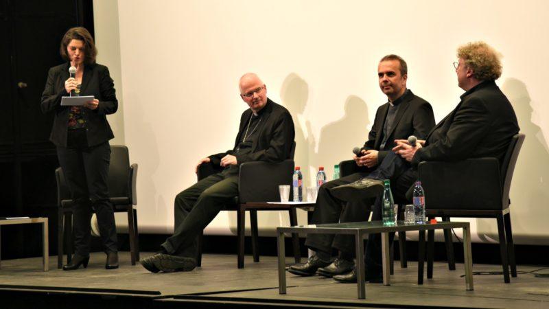 Evelyne Oberson modérait la discussion entre Mgr Charles Morerod, Pascal Desthieux et Arnaud Bédat (Photo:Raphaël Zbinden)