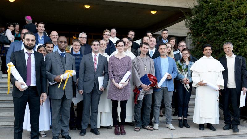 67 personnes ont reçu un diplôme de la Faculté de théologie de Fribourg lors du dernier semestre académique (Photo: Dominik Hasler)