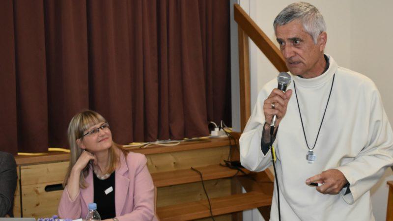 Anne-Catherine Reymond, de la commuanuté Sant'Egidio, et Mgr Jean-Marie Lovey, évêque de Sion, lors d'une conférence sur les 'couloirs humanitaires' pour les réfugiés | © Jacques Berset