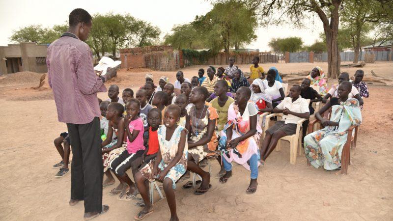 Le catéchisme sous les arbres, dans le Soudan du Sud déchiré par la guerre civile (Photo:  Claudio Schmid, AED)