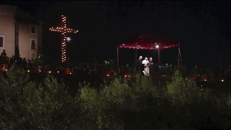 Le pape a prié après le chemin de croix qui s'est déroulé le 14 avril 2017 au Colisée. (Photo: CTV/capture-écran)