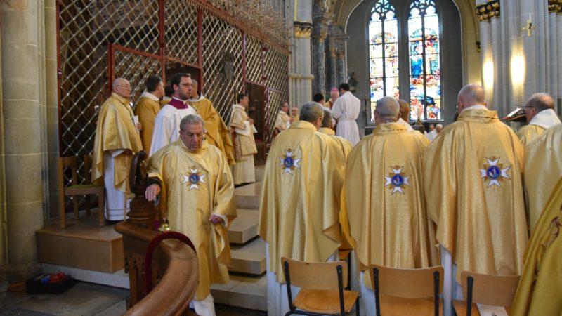 Les prêtres de tout le diocèse sont venus assister à la messe chrismale (Photo:Raphaël Zbinden)