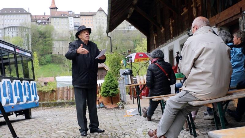L'acteur Jean Winiger raconte l'histoire de Nicolas de Flüe au long des six haltes du parcours (Photo: B. Hallet)
