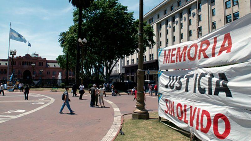 Vue du palais présidentiel avec une banderole à la mémoire des personnes disparues pendant la dictature. (Photo: J.C. Gérez)