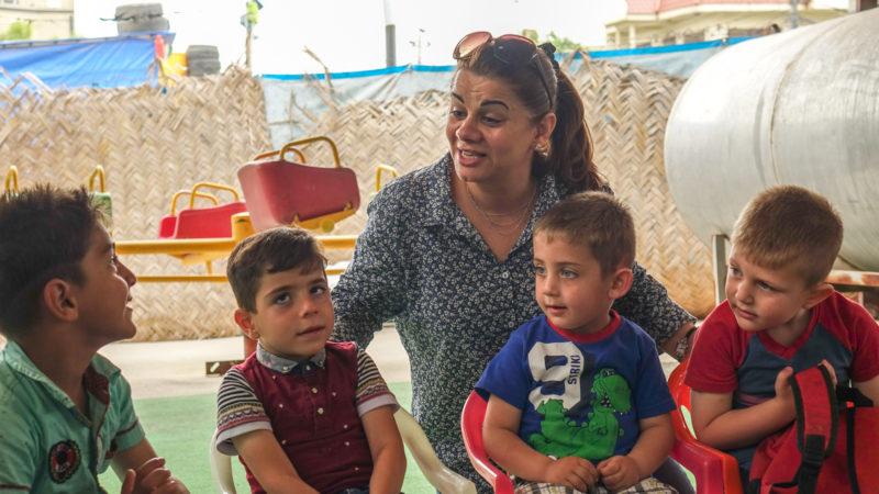 Lusia Shammas au milieu des enfants du camp d'Ankawa - Ashti 2, à Erbil, au Kurdistan d'Irak (photo Maurice Page)